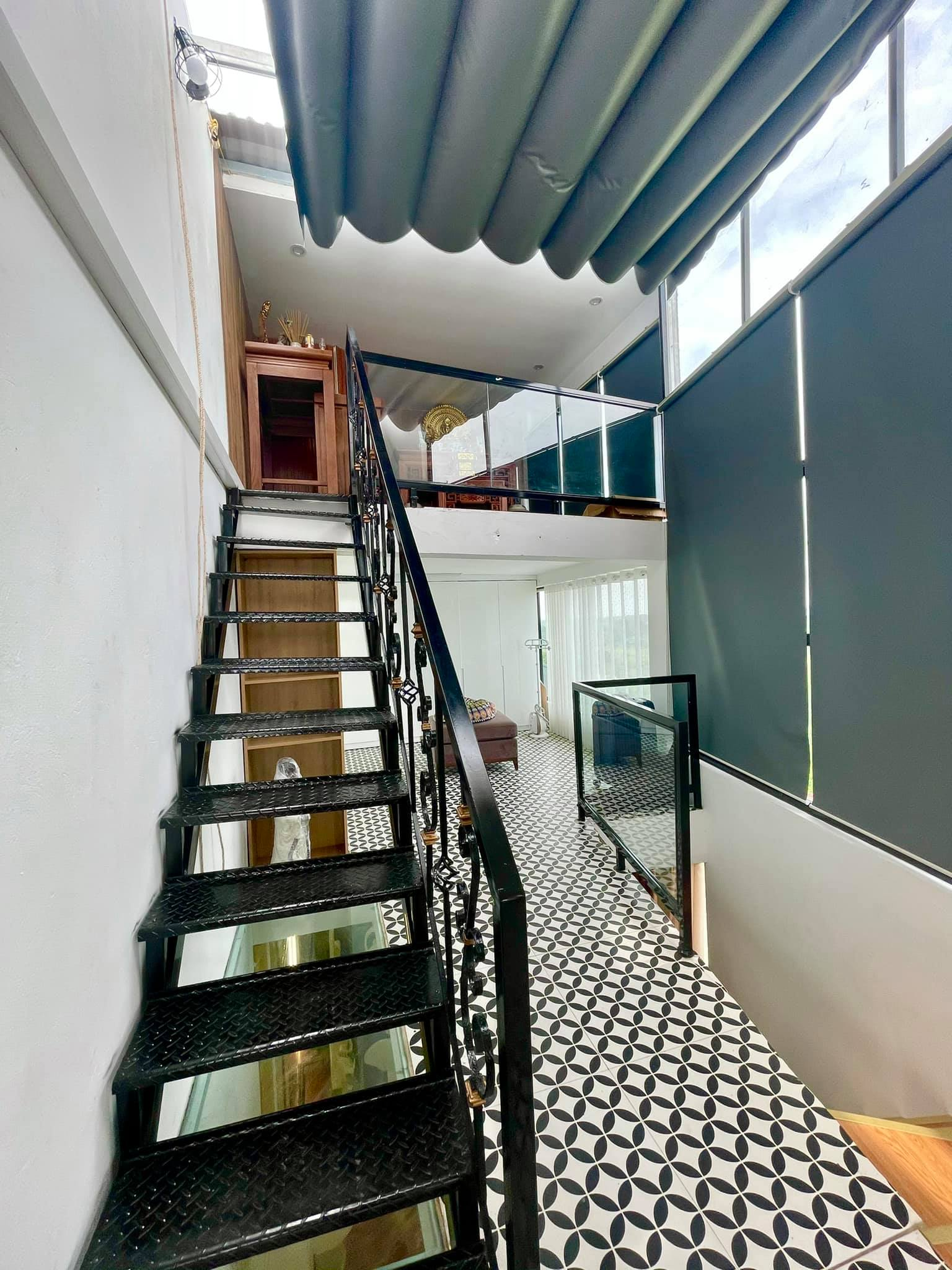 Ngôi nhà kết hợp style Á Âu của cặp vợ chồng trẻ: Phòng khách kê toàn tủ đá quý chắn lối đi, phòng ngủ sơn xanh lam khó-rời-mắt - Ảnh 13.