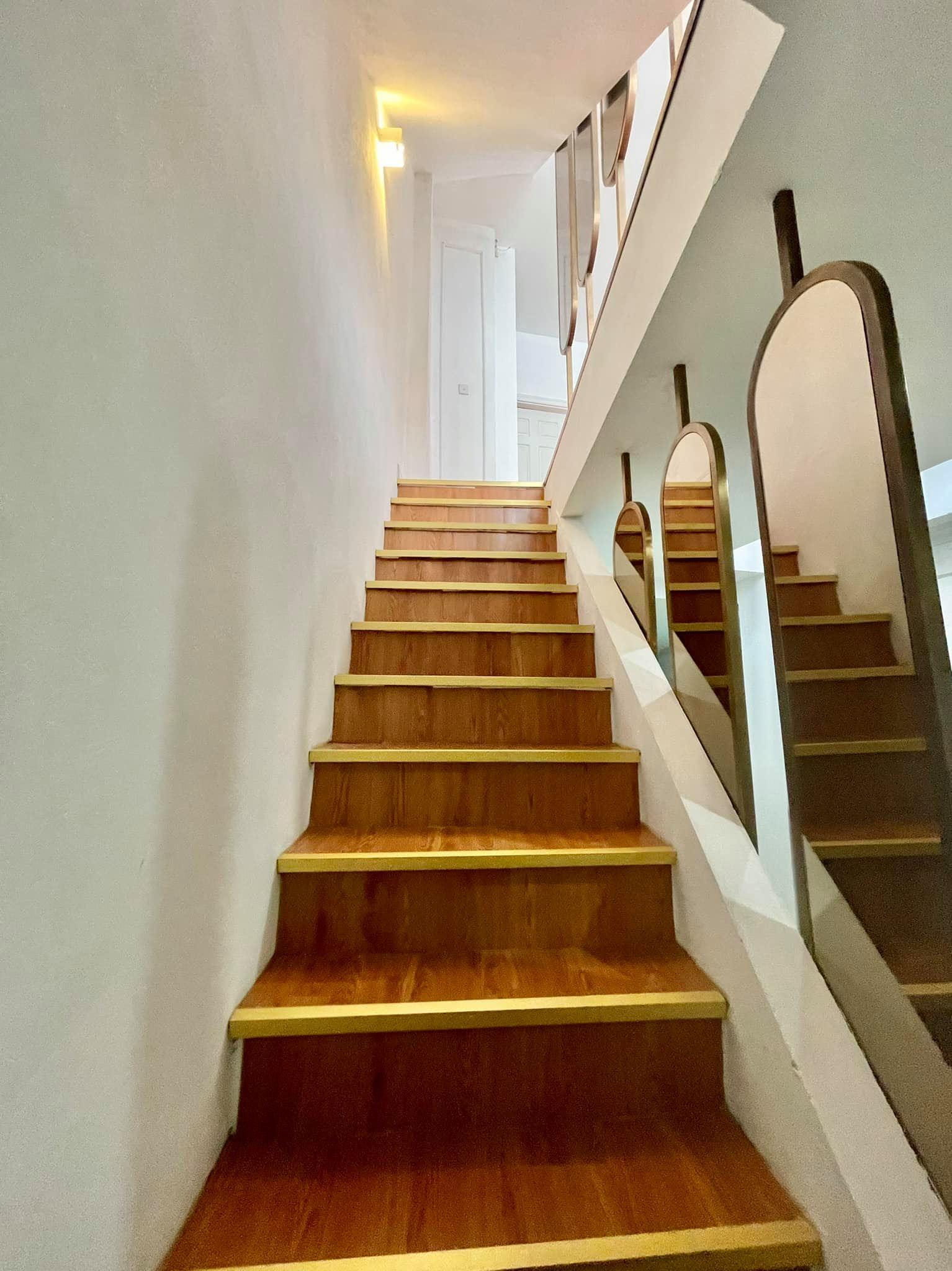 Ngôi nhà kết hợp style Á Âu của cặp vợ chồng trẻ: Phòng khách kê toàn tủ đá quý chắn lối đi, phòng ngủ sơn xanh lam khó-rời-mắt - Ảnh 7.