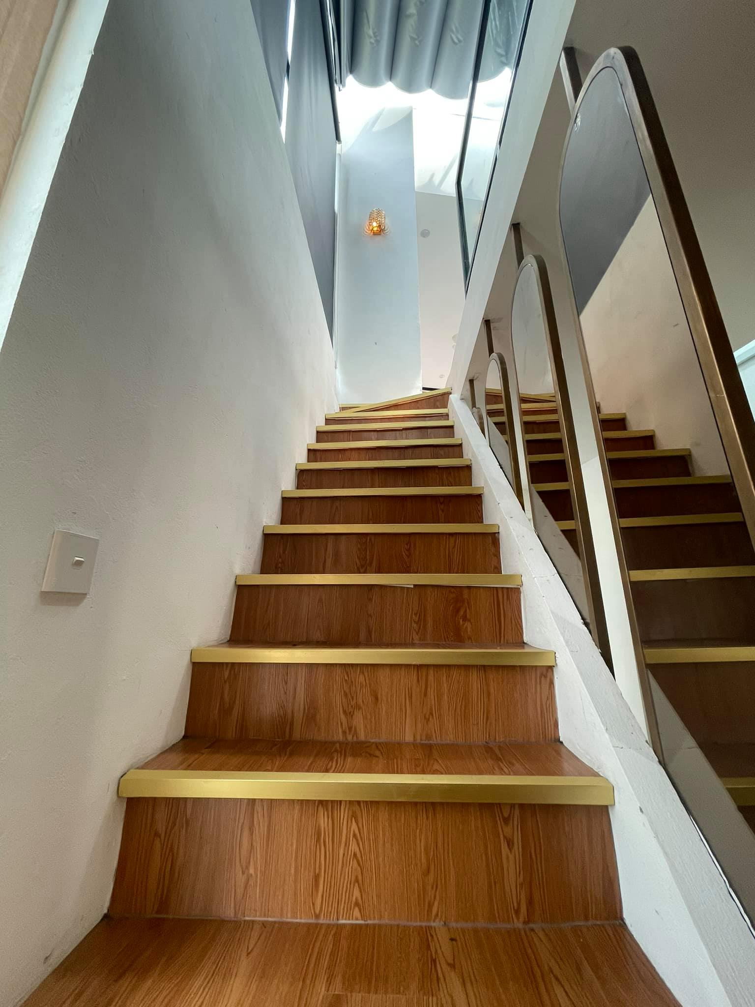 Ngôi nhà kết hợp style Á Âu của cặp vợ chồng trẻ: Phòng khách kê toàn tủ đá quý chắn lối đi, phòng ngủ sơn xanh lam khó-rời-mắt - Ảnh 8.
