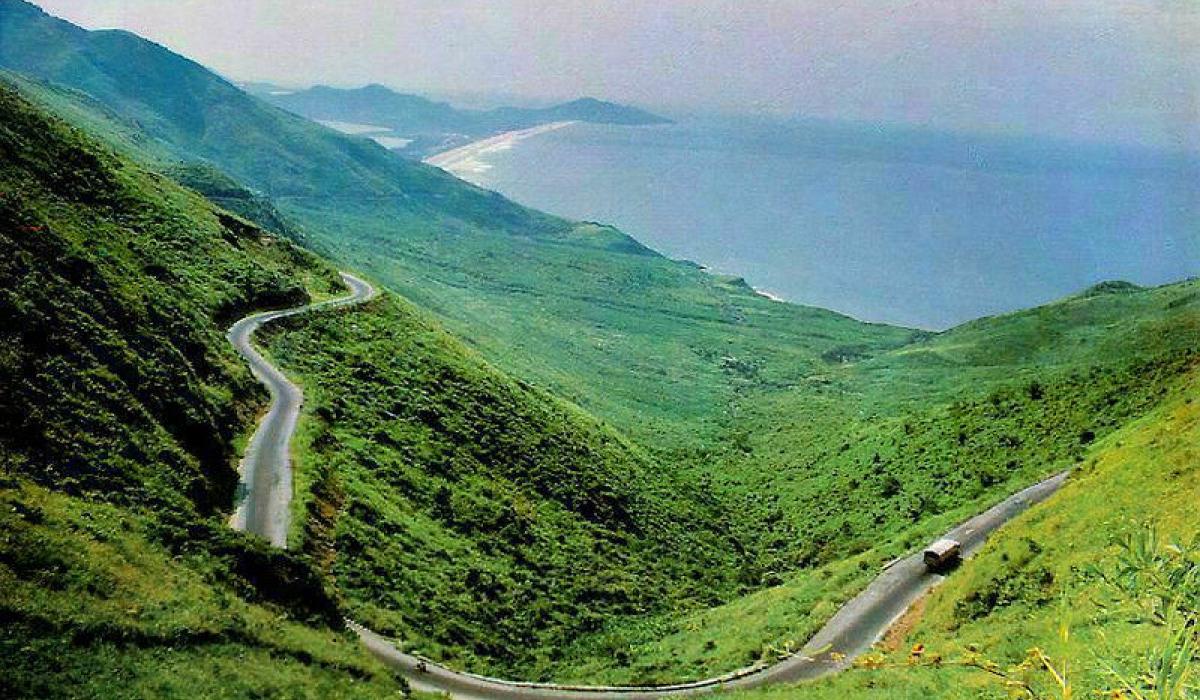 7 cung đường bộ đẹp nhất Việt Nam xuất hiện trên Tạp chí du lịch danh tiếng thế giới: Ngắm cảnh còn ngỡ lạc vào động tiên - Ảnh 1.