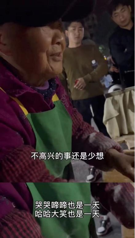 Cụ bà 96 tuổi bán hàng rong 30 năm và những câu nói thức tỉnh không biết bao nhiêu người, đây mới chính là nhân sinh quan đúng đắn nhất - Ảnh 2.