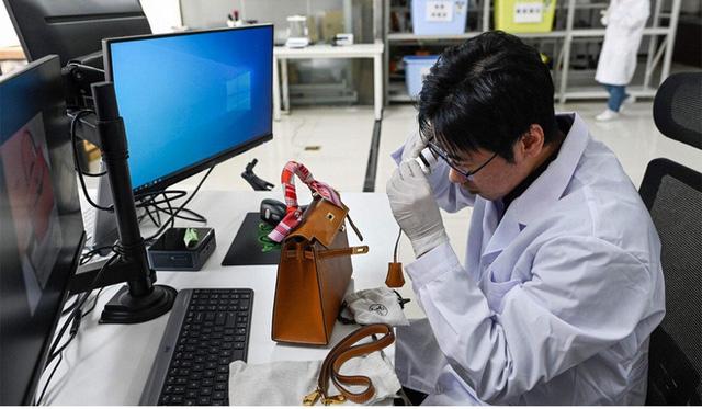 Giới nhà giàu Trung Quốc chi 55 triệu tham gia khóa học phân biệt hàng hiệu xịn và fake - Ảnh 3.