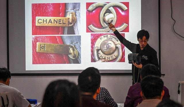 Giới nhà giàu Trung Quốc chi 55 triệu tham gia khóa học phân biệt hàng hiệu xịn và fake - Ảnh 4.
