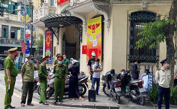 Hà Nội xử lý thẳng tay, người dân bị phạt hơn 300 triệu vì không đeo khẩu trang - Ảnh 1.