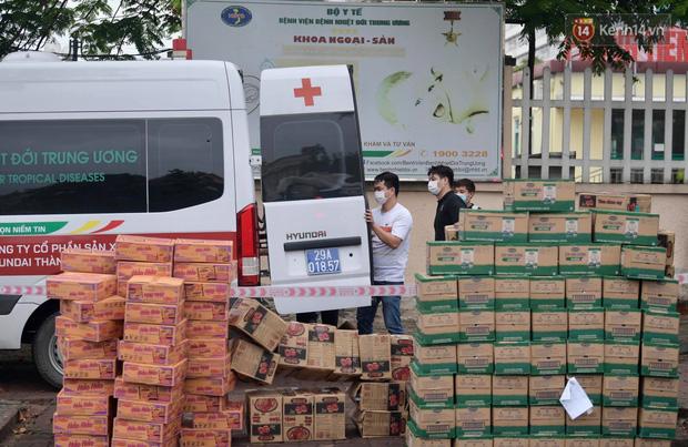 Ảnh: Đội mưa tiếp tế cho người nhà cách ly bên trong BV Bệnh Nhiệt đới TW cơ sở 2 - Ảnh 13.