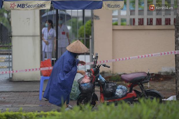 Ảnh: Đội mưa tiếp tế cho người nhà cách ly bên trong BV Bệnh Nhiệt đới TW cơ sở 2 - Ảnh 3.
