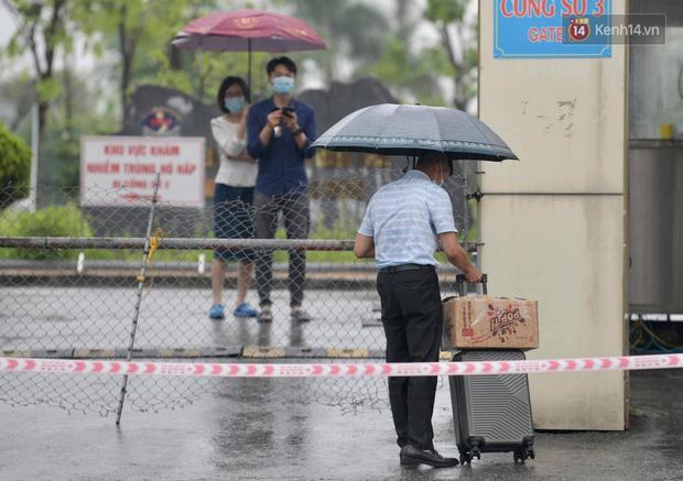 Ảnh: Đội mưa tiếp tế cho người nhà cách ly bên trong BV Bệnh Nhiệt đới TW cơ sở 2 - Ảnh 4.