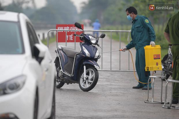 Ảnh: Đội mưa tiếp tế cho người nhà cách ly bên trong BV Bệnh Nhiệt đới TW cơ sở 2 - Ảnh 8.