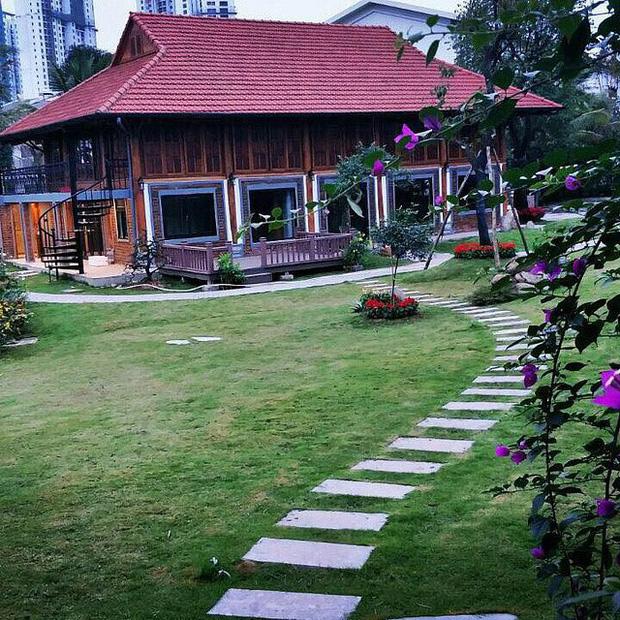 """Biệt phủ rộng thênh thang, kết cấu như resort của Xuân Bắc: Được xây bằng gỗ tự nhiên, nhìn toàn cảnh sân vườn thôi mà """"choáng"""" - Ảnh 2."""