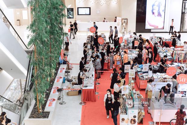 Trung tâm thương mại Sài Gòn ra sao giữa đợt dịch Covid-19 thứ 4: Nơi thì vắng hoe, chỗ vẫn thấy rất đông người check-in - Ảnh 6.