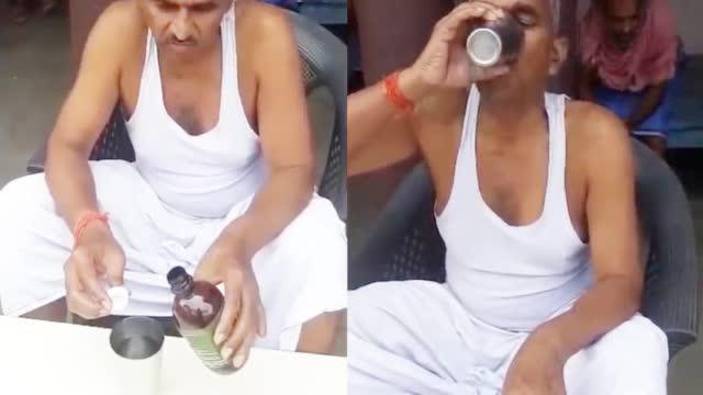 Nghị sĩ Ấn Độ thị phạm uống nước tiểu bò để chống Covid-19: Uống tốt nhất vào buổi sáng khi bụng đói - Ảnh 2.