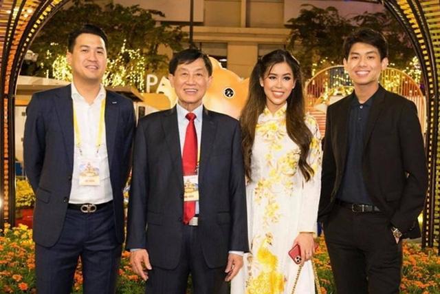 Hiếu Nguyễn - thiếu gia nghìn tỷ của gia đình Johnathan Hạnh Nguyễn: Từng thử sức làm nhân viên bán hàng tại công ty bố, kín đáo đời tư và cuộc sống sang chảnh như ông hoàng - Ảnh 7.