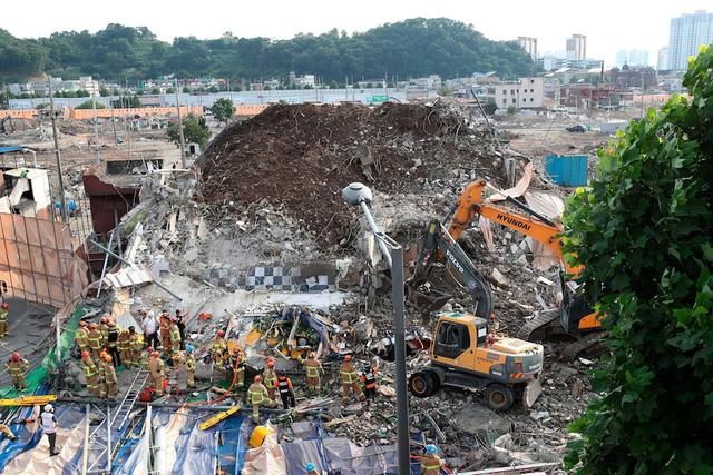 Hàn Quốc: Tòa nhà đổ sập như thảm họa trên phim, 9 người thiệt mạng trong chiếc xe buýt bị đè bẹp  - Ảnh 2.