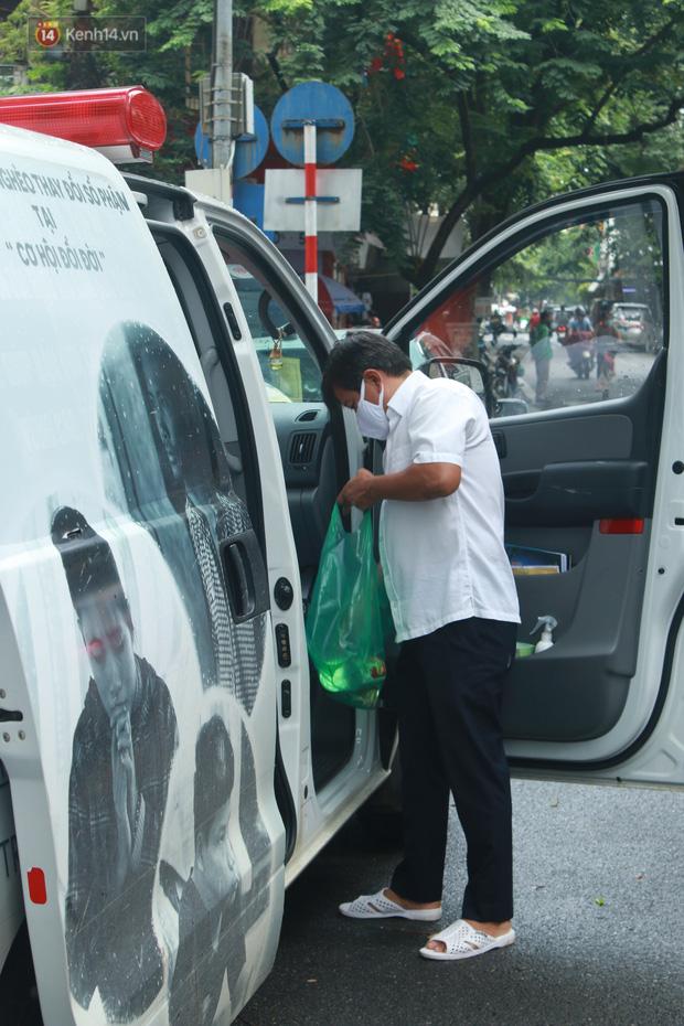 Ông Đoàn Ngọc Hải bất ngờ bán dứa, dưa lê giữa phố Hà Nội và câu chuyện cảm động phía sau - Ảnh 11.