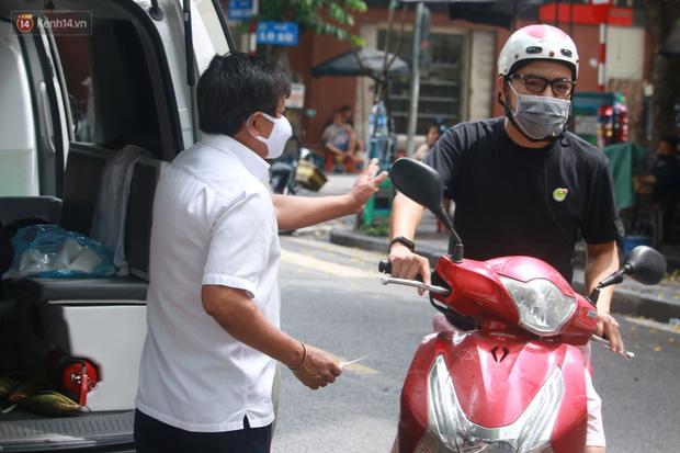 Ông Đoàn Ngọc Hải bất ngờ bán dứa, dưa lê giữa phố Hà Nội và câu chuyện cảm động phía sau - Ảnh 3.