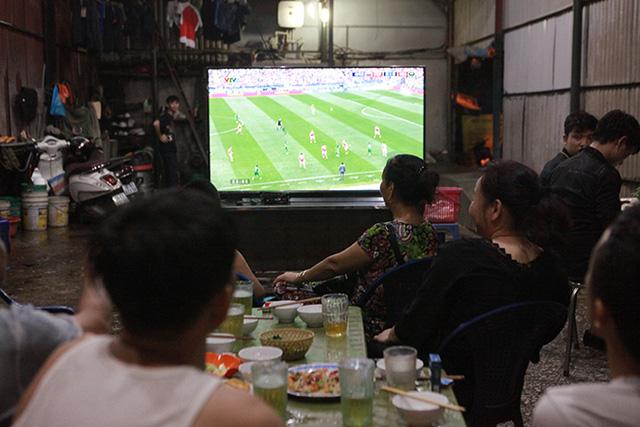 Đang cách ly, 7 người ở Bắc Giang vẫn tụ tập uống bia, xem bóng đá Việt Nam và Malaysia - Ảnh 1.