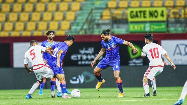 UAE chỉ đá trên 1 sân suốt 4 trận vì niềm tin bí ẩn này, CĐV vẫn tự tin không có gì làm khó được Việt Nam  - Ảnh 3.