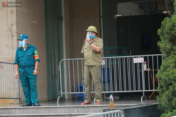 Hà Nội: Phong tỏa 1 tòa chung cư sau khi ghi nhận ca dương tính SARS-CoV-2 - Ảnh 4.
