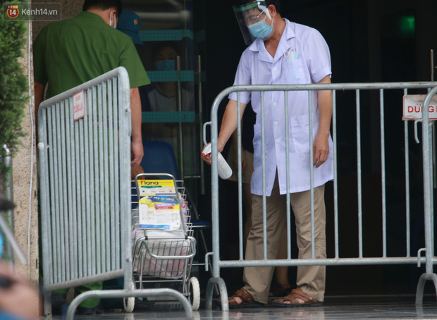 Hà Nội: Phong tỏa 1 tòa chung cư sau khi ghi nhận ca dương tính SARS-CoV-2 - Ảnh 10.
