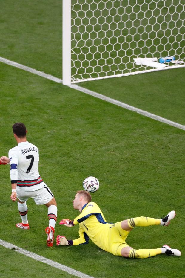 Ronaldo phá liên tiếp 3 kỷ lục vĩ đại nhất lịch sử Euro chỉ sau 1 trận đấu - Ảnh 1.