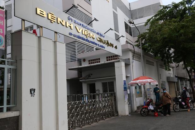 ẢNH: Bệnh viện quận 4 tạm ngừng tiếp nhận bệnh nhân do phát hiện ca dương tính SARS-CoV-2 từng đến chữa trị - Ảnh 6.