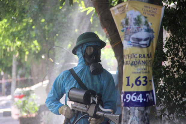 Ảnh: Phun khử khuẩn toàn bộ TP Vinh trong 3 ngày để ngăn ngừa Covid-19 - Ảnh 3.