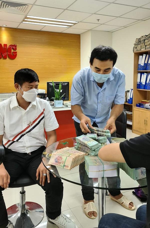 MC Quyền Linh tiếp tục ủng hộ 2,2 tỷ đồng để mua vắc xin cho công nhân và người lao động nghèo - Ảnh 2.