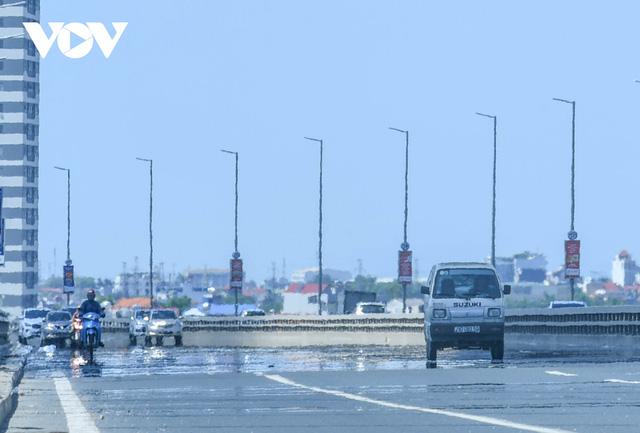 Nhiệt độ mặt đường có nơi hơn 50 độ C, phố phường Hà Nội vắng hoe  - Ảnh 3.