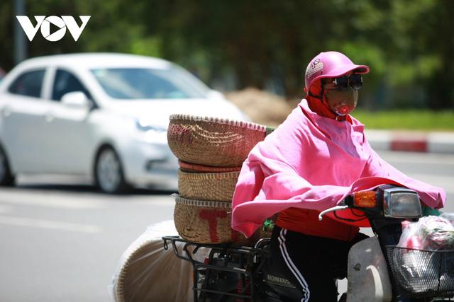 Nhiệt độ mặt đường có nơi hơn 50 độ C, phố phường Hà Nội vắng hoe  - Ảnh 7.