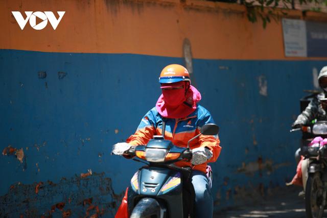Nhiệt độ mặt đường có nơi hơn 50 độ C, phố phường Hà Nội vắng hoe  - Ảnh 8.