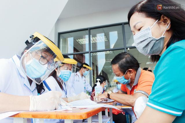 Ảnh: 8.000 người dân quận Bình Thạnh tiêm vaccine Covid-19 trong chiến dịch tiêm chủng lớn nhất lịch sử  - Ảnh 9.
