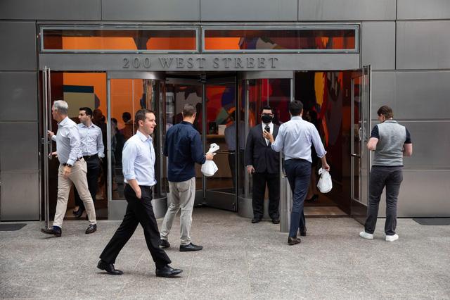 Các trung tâm tài chính thế giới chật vật kéo nhân viên trở lại văn phòng thời hậu covid-19 - Ảnh 5.