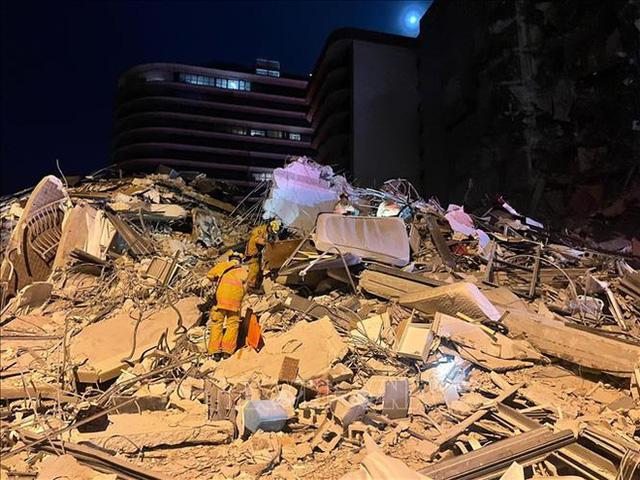 Các nguyên nhân có thể khiến tòa nhà 12 tầng ở Mỹ đổ sập - Ảnh 1.