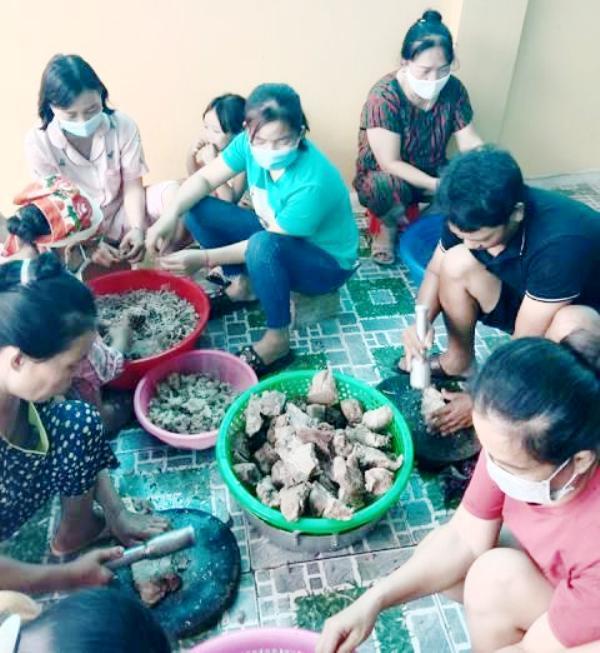 Người dân mổ lợn hơn 2 tạ, làm xúc xích, chà bông gửi người dân Bắc Giang chống dịch - Ảnh 2.