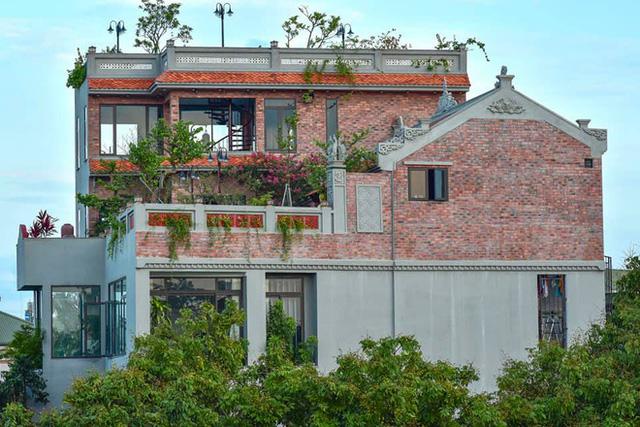Nguyên một căn nhà cổ trăm tuổi trên tầng mái tạo nên ngôi nhà tân cổ giao duyên độc nhất vô nhị ở Việt Nam  - Ảnh 2.