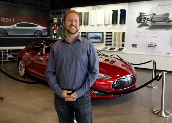 Bản CV đẹp như mơ của Giám đốc Phát triển thị trường của VinFast Mỹ: 10 năm đầu quân cho Tesla, từng quản lý nghệ sĩ, tốt nghiệp 2 trường đại học - Ảnh 1.