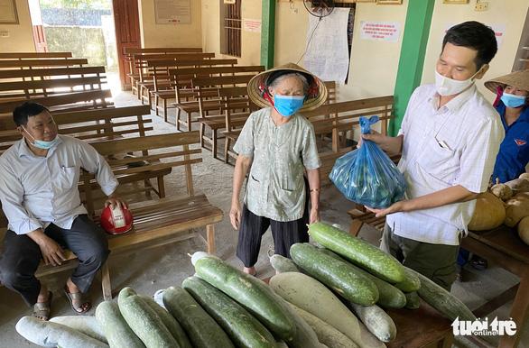 Nông dân tặng cả vườn rau, lương thực cứu nguy cho người Sài Gòn nhưng một doanh nghiệp lớn lại tăng giá hàng loạt: Một miếng bình ổn giá thời dịch hơn cả gói khuyến mãi thời bình! - Ảnh 2.