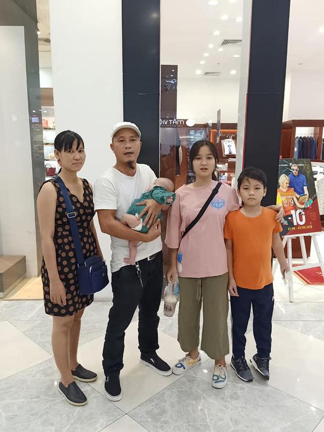 Anh Minh bán rau rơi nước mắt nói về con gái út: Nếu có một điều ước, chỉ ước con bé có thể ở với vợ chồng tôi thật lâu - Ảnh 1.