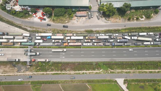Ảnh: Ùn tắc kinh hoàng ở chốt cao tốc Pháp Vân-Cầu Giẽ, tài xế mệt mỏi vì đợi 2 tiếng chưa vào được Thủ đô  - Ảnh 2.