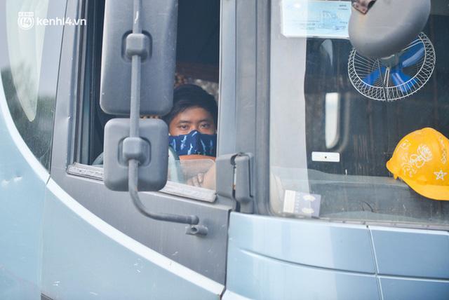 Ảnh: Ùn tắc kinh hoàng ở chốt cao tốc Pháp Vân-Cầu Giẽ, tài xế mệt mỏi vì đợi 2 tiếng chưa vào được Thủ đô  - Ảnh 15.