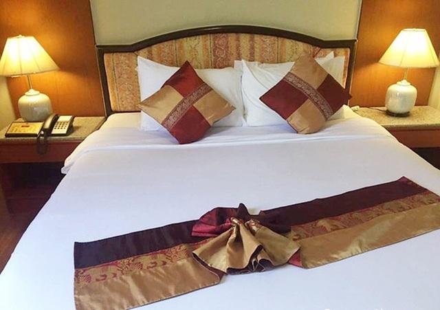 Giải mã: Khăn trải ngang cuối giường khách sạn có tác dụng gì? - Ảnh 1.