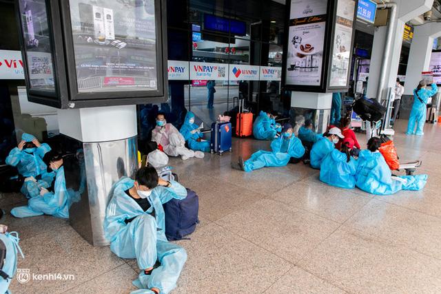 Ảnh: Hơn 600 người dân Đà Nẵng bị mắc kẹt tại TP.HCM được trở về quê hương trên chuyến bay 0 đồng  - Ảnh 13.
