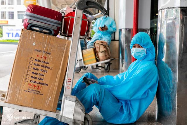 Ảnh: Hơn 600 người dân Đà Nẵng bị mắc kẹt tại TP.HCM được trở về quê hương trên chuyến bay 0 đồng  - Ảnh 14.