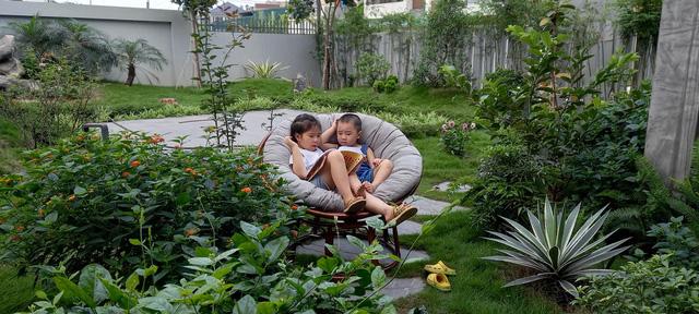 Sự nghiệp đang lên, đôi vợ chồng quyết bỏ phố về quê vì con cái, xây biệt thự có vườn rộng như công viên, ngày ngày trồng rau, thả cá và nuôi gà  - Ảnh 18.