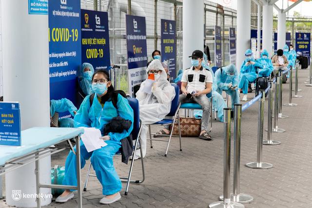 Ảnh: Hơn 600 người dân Đà Nẵng bị mắc kẹt tại TP.HCM được trở về quê hương trên chuyến bay 0 đồng  - Ảnh 6.