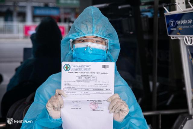 Ảnh: Hơn 600 người dân Đà Nẵng bị mắc kẹt tại TP.HCM được trở về quê hương trên chuyến bay 0 đồng  - Ảnh 8.