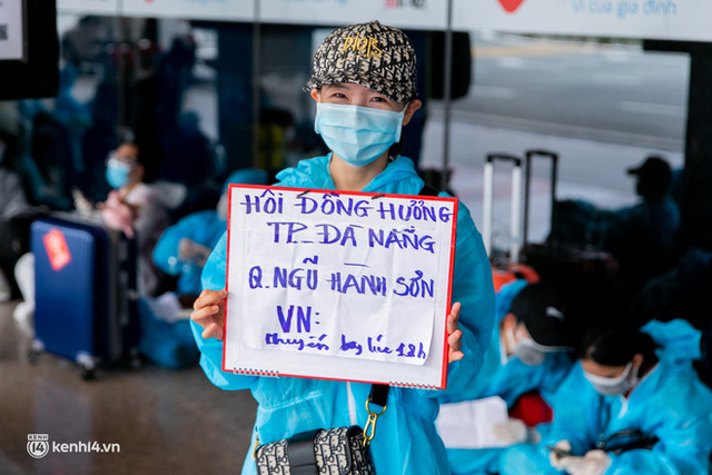 Ảnh: Hơn 600 người dân Đà Nẵng bị mắc kẹt tại TP.HCM được trở về quê hương trên chuyến bay 0 đồng  - Ảnh 9.