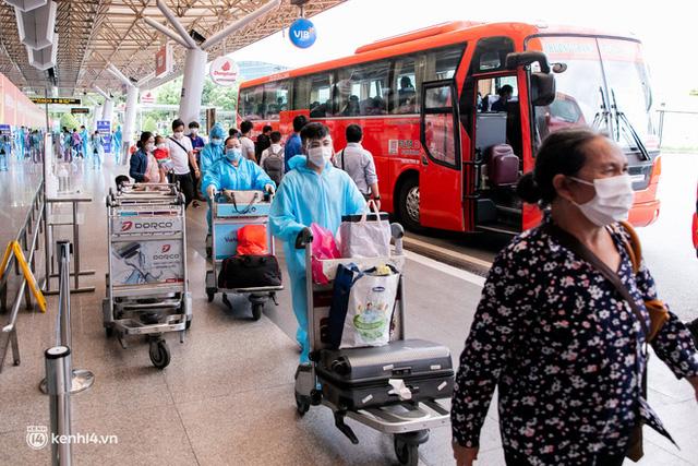 Ảnh: Hơn 600 người dân Đà Nẵng bị mắc kẹt tại TP.HCM được trở về quê hương trên chuyến bay 0 đồng  - Ảnh 10.