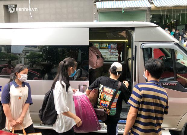 Hà Nội: Hàng trăm sinh viên KTX Mỹ Đình 2 đội mưa chuyển đồ, nhường chỗ cho khu cách ly Covid-19 - Ảnh 13.