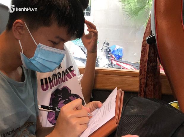 Hà Nội: Hàng trăm sinh viên KTX Mỹ Đình 2 đội mưa chuyển đồ, nhường chỗ cho khu cách ly Covid-19 - Ảnh 19.